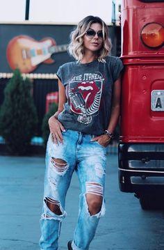 Como ser cool com blusa podrinha. T-hsirt cinza, calça jeans destroyed