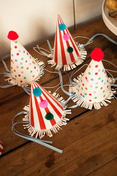 Accessoires/déco - chapeaux pointus Clown Crafts, Circus Crafts, Carnival Crafts, Carnival Decorations, Carnival Themes, Circus Theme, Diy Crafts Videos, Diy And Crafts, Crafts For Kids