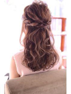 ヘアーサロン シェール(hair salon Cher)結婚式や二次会、お呼ばれに。波ウェーブのツイストハーフアップ
