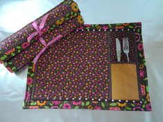 Whether for preparing or serving food, these small items are highly functional and are Patch Quilt, Applique Quilts, Sewing Hacks, Sewing Projects, Fabric Book Covers, Easy Model, Jute Fabric, Place Mats Quilted, Table Runner And Placemats