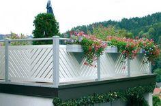 Geländer  Ob aus schwarzgrauem Metall, aus Edelstahl oder Glas, unsere Geländer mit modernem Design passend zum Hausstil bieten Schutz und heben das Ambiente in Ihrem Treppenhaus, auf Ihrer Terasse oder Ihrem Balkon hervor.