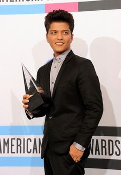 See Bruno Mars pictures, photo shoots, and listen online to the latest music. Bruno Mars New Album, Bruno Mars Awards, Mars Pictures, Mars Photos, 24k Magic World Tour, Free Youtube, American Music Awards, Latest Music, Just The Way