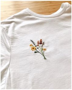 Simple Embroidery Designs, Embroidery Flowers Pattern, Modern Embroidery, Embroidery Ideas, Embroidered Flowers, Embroidery On Clothes, Embroidered Clothes, T Shirt Embroidery, Hand Embroidery Stitches