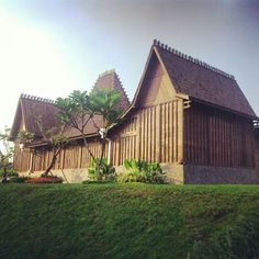 Rumah adat kudus, merupakan salah satu bangunan rumah trcantik di dunia, rumah ini di bangun pada tahun 1850an. Selalu menghadap ke selatan dan atap dari bangunan ini berbentuk pencu. Akulturasi budaya cina, jawa, persia dan belanda. Terbuat dari kayu jati asli dan sipasang secara knok down (tanpa paku). Thai House, Future Farms, Javanese, House Ornaments, Resort Villa, Ubud, House In The Woods, Teak, House Design