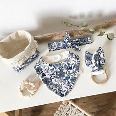 Les coffrets de naissance ont été pensés et conçus pour les premiers mois de bébé.  Pour vous faire plaisir ou pour offrir, ce cadeau de naissance est fait main et personnalisable avec le tissu de votre choix.  Chaque coffret dispose d'un contenant réutilisable pour la chambre de bébé en feuille de palmier ou en tissu qui sera très sympa en décoration. Baby Couture, Couture Sewing, Toddler Toys, Baby Toys, Baby Fabric, Baby Crib Mobile, Baby Gift Sets, Montessori Toys, Unique Baby