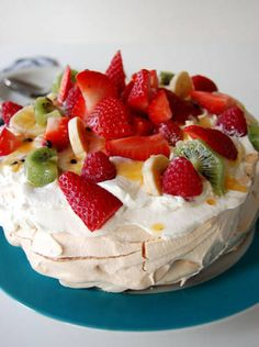 The Pavlova is a meringue shell topped with fresh fruit and cream. There is a knack to it but it is an impressive and delicious dessert Strawberry Tiramisu, Fresh Strawberry Pie, Strawberry Desserts, Strawberry Cheesecake, Fresh Fruit, Strawberry Shortcake, Blackberry Cake, Baked Strawberries, Strawberries And Cream