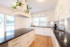 Helle Küche mit viel Arbeitsfläche und einer Kücheninsel von unseren HartlTischlern Küchen Design, Villa, Kitchen Cabinets, Classic, Home Decor, Home Kitchens, Interior, Homes, Derby