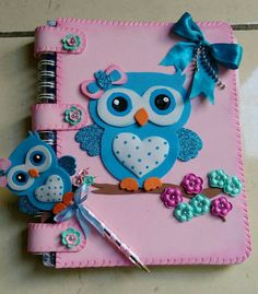 Discover thousands of images about Capa de caderno em eva com molde - Ver e Fazer Kids Crafts, Foam Crafts, Diy And Crafts, Arts And Crafts, Paper Crafts, Paper Toys, Paper Art, Lace Tape, Diy Y Manualidades