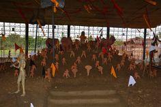 संस्कृति एवं पुरातत्व विभाग द्वारा स्थापित पुरखौती मुक्तांगन नया रायपुर पहुंचे धमतरी जिले के पंचायत प्रतिनिधियों ने आमचो बस्तर देखा. जहाँ जनजातीय आदिवासी संस्कृति, घोटुल, काष्ठ कला से वन्यप्राणियों की आकर्षक प्रतिमाएं, बारसूर गणेश आदि की जीवंत झांकियां देखकर बेहद आनन्दित हुए. वनवासी परम्पराओं का चित्रण यहाँ देखते ही बनता है.