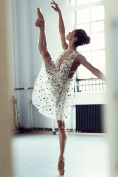 American Ballet Theatre principal dancer Misty Copeland shows off her moves in the August 2016 issue of Cosmopolitan. The ballerina is the first… American Ballet Theatre, Ballet Theater, Black Ballerina, Ballerina Art, Ballet Beautiful, Poses, Dance Pictures, Ballet Dancers, Ballerinas