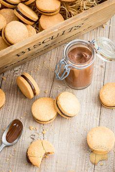 Adorables petits biscuits auxquels vous ne pourrez pas résister (sablés et crémeux au chocolat noir) Milk Cookies, Biscuit Cookies, Sandwich Cookies, Mini Dessert Shots, Mini Desserts, Baking Recipes, Cookie Recipes, Desserts With Biscuits, Baking Basics