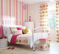 quarto feminino decorado com papeis de parede listrado