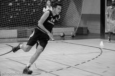 #ErnestoCaro vigilado por el segundo entrenador #CarlosVallejo; tras él, el entrenador Martorell. 10 de septiembre #baloncesto #UALucentum #Lucentum #Alicante #basket #pretemporada #LigaEBA #GrupoEA