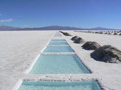 Salinas Grandes, Argentina   Es un desierto de sal, un salar de 250 km de longitud y 100 km de ancho. Cuando llueve, el salar se convierte en un espejo gigante. Es atravesado por carreteras y ferrocarriles, pero todavía se considera poco accesible, y por lo tanto no es muy popular entre los turistas.
