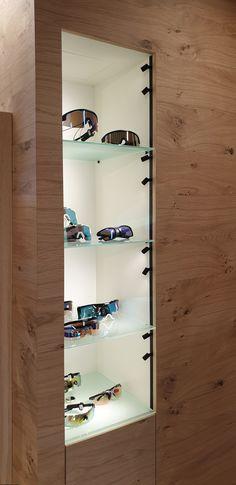 Aussparung in der Wandverkleidung aus Eichenholz - Brillenpräsentation als Nischenelement! Planer, Shoe Rack, Design, Home, Wall Cladding, House, Shoe Cupboard, Ad Home, Shoe Racks