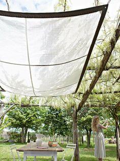 Un ciel de terrasse en sacs à gravats // terrace, rubble, garden, grass, nice… Outdoor Retreat, Outdoor Rooms, Outdoor Dining, Outdoor Gardens, Outdoor Decor, Diy Pergola, Pergola Plans, Pergola Canopy, Pergola Roof