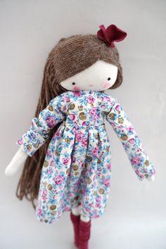 Esta es Laia! Ella es encantadora. Lleva un vestido de flores, lazo y calcetines! Mide unos 26 cm aproximadamente. gracias por tu visita!