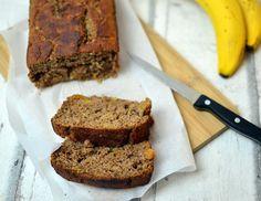 Brot muss nicht immer pikant sein. Hier findest du ein super schnelles Rezept für ein gesundes Bananenbrot ohne Fett und Zucker.