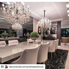 Mesa de jantar laqueada e lustre