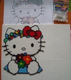 Hello Kitty hama beads mini by Hamacreations. Mide 19cm de alto x 17cm de ancho y se usaron cuatro placas de 15x15cm.