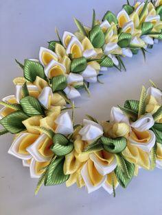 (Ribbon Lei)Designed by Tracy Harada)Ui'mauamau 公認インストラクター レッスン、キット販売してます! Ribbon Lei, Satin Ribbon Flowers, Diy Ribbon, Fabric Flowers, Flower Lei, Graduation Leis, Money Lei, Arts And Crafts, Diy Crafts
