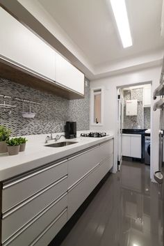 Cozinha com Iluminação em Rasgo no Forro com Pastilhas Decorativas: Cozinhas modernas por Danyela Corrêa Arquitetura