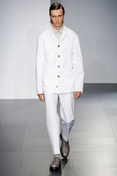 See the complete Jil Sander Spring 2017 Menswear collection. 2015 Fashion Trends, 2015 Trends, Vogue Paris, Army Coat, Fashion Show, Mens Fashion, Milan Fashion, Fashion Styles, High Fashion