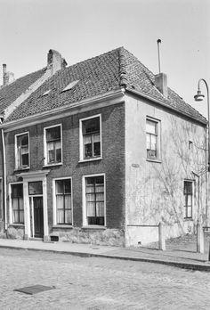 4 Werk-woonhuis  Herenstraat 8  4116 BK Buren  Woningen en woningbcomplx  16e of 17e eeuws pand met verdieping en half zadeldak, hoekhuis met gevel, die een 19e eeuws karakter hee.. Lees verder >>