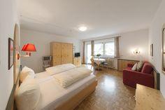 """""""Naturblick"""" nennt sich dieses Appartement im Tirolerhaus, Walchsee. Und dem Namen wird es gerecht...überzeug dich selbst! Bed, Furniture, Home Decor, Names, Vacation, House, Homemade Home Decor, Stream Bed, Home Furnishings"""