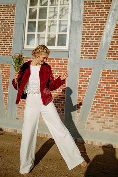 0b595a913bf61d Mit femininem Charme und raffinierter Eleganz beeindruckt dieser Jumpsuit  mit Spitze und kurzen Ärmeln. Das