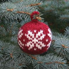 Knitting Patterns Christmas Free Knitting Pattern – Two Strands Christmas Ball Knitted Christmas Decorations, Knit Christmas Ornaments, Noel Christmas, Christmas Projects, Holiday Crafts, Crochet Christmas, Holiday Tree, Xmas Tree, Christmas Knitting Patterns