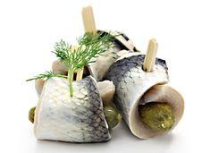 Nakládané plátky ryb v sladkokyselém nálevu, zarolované do tvaru šneků zajištěné párátky, plněné kyselými okurkami. Fisher, Fish Recipes, Fish Food, Jar, Canning, Vegetables, Syrup, Fish Feed, Vegetable Recipes