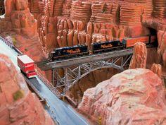 Ein Güterzug der Rio Grande kreuzt die Schlucht. Die Strecke gibt es beim Vorbild nicht. Eine Museumsbahn führt jedoch bis nahe an den Grand Canyon.