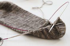 anana: Villasukat pyöröpuikolla varpaista varteen, kaksi kerralla! [kuvallinen ohje] Stockings, Knitting, Crochet, Tricot, Socks, Breien, Stricken, Ganchillo, Weaving