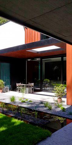 Exklusiver Designgarten mit Wasserspiel aus Stahl und Naturstein