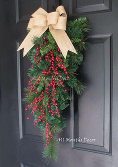 Guirnalda de pino la lágrima roja Holly Berry Navidad con lazo de arpillera. Hermoso para invierno, decoración de la puerta de su casa, acción de gracias, Navidad y año nuevo. Temporada. Cantidad limitada disponible. -Diseñado en un botín de pino artificial -Características