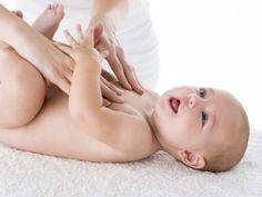 Babymassage am Bauch.