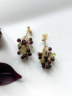 Fruity grapes earrings made with burgundy round agate and green crystal. Handmade, one of a kind Grape Earrings, Stud Earrings, Jewellery Earrings, Jewelry, Butterfly Gold, Agate, Burgundy, Quartz, Brooch