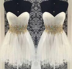 Vestido branco curto com cinto de pedras