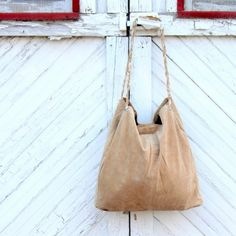 Repurpose an old leather skirt (or any big piece of leather) into this leather tote for the Fall! It's easier than you think!