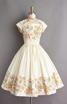 The post Beautiful vintage dress. appeared first on Vintage ideas. Pretty Outfits, Pretty Dresses, Beautiful Dresses, Jw Moda, Vintage Outfits, Vintage Fashion, Vintage Dresses 50s, Kawaii Clothes, Mode Outfits