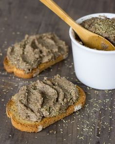 15 Vegan Starters for Christmas Mushroom paté in Porto Veggie Recipes, Vegetarian Recipes, Cooking Recipes, Finger Food Appetizers, Appetizer Recipes, Aperitivos Vegan, Food Porn, Going Vegan, Dips