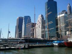 Pier 17 em New York, NY Antigo mercado de peixe do porto de Manhattan, ao lado da ponte do Brooklyn, o Pier 17 tem hoje um shopping com restaurantes, bares e uma feira ao ar livre durante o verão. O Pier também é ponto de saída de excursões de barco por Manhattan e para a Estátua da Liberdade.