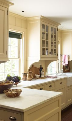 Todays post is more than anything, an excuse for me to show you a stunning farmhouse kitchen inside a colonial-style house restored by Gil Schafer and his team. Documented in his second book, View Post Kitchen And Bath, New Kitchen, Kitchen Decor, Kitchen Ideas, Kitchen Designs, Minimal Kitchen, Decorating Kitchen, Kitchen Sinks, Awesome Kitchen