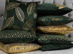 Green Bedroom Decor, Gold Bedroom, Green Cushions, Velvet Cushions, Colourful Cushions, Living Room Green, Green Rooms, Emerald Green Bedrooms, Maximalism