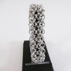 Bracelet en maille ronde, j'ai réalisé ce bracelet avec des anneaux en fil d'aluminium anodisé pour éviter une éventuelle oxydation que j'ai fabriqué et assemblé en utilisan - 18088821