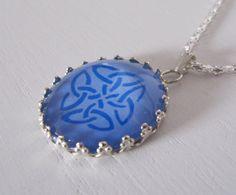 Celtic knot glass cabochon necklace | Pendentif celtique entrelacs cabochon verre loupe par Gwenngwenn
