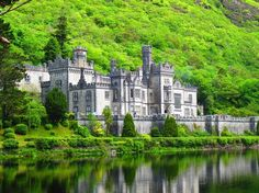 A History Of Kylemore Abbey In 1 Minute - The Culture Trip Discover how the grand Kylemore Castle in Connemara became a spiritual refuge for nuns fleeing the violence of the First World War. Wild Atlantic Way, Castles In Ireland, Fairytale Castle, Beautiful Castles, Beautiful Buildings, Beautiful Homes, Beautiful Places, Connemara, Ireland Travel