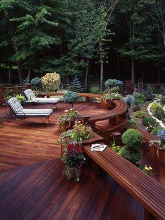 terrassengestaltung holz sitzbank rande sonnenliegen schmiedeeisen