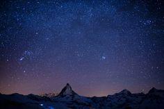 Das Matterhorn - verschwindend klein unter dem von Sternen übersäten Nachthimmel.Bild: Keystone/Alessandro Della Bella